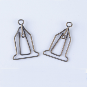 wire shaped paper clips in clock outline